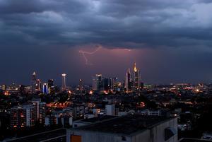 Extremwetterereignis: Blitzschlag über Frankfurt
